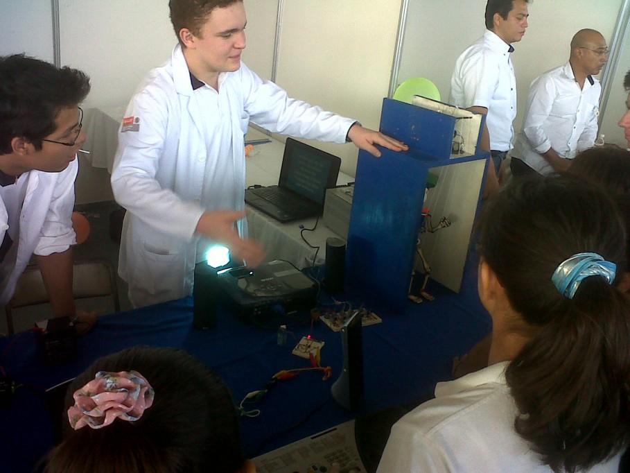 Energía, fuego y agua se fusionan en Feria de Ciencias de la Modelo