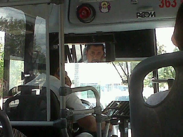 Choferes de camiones urbanos violan reglamento de tránsito