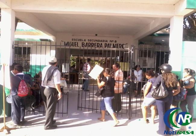 Largas filas por preinscripciones a una secundaria, en Tizimín.