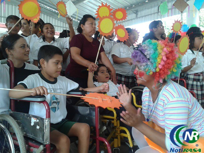 Llevan sonrisas y regalos a niños del CAM de Tizimín