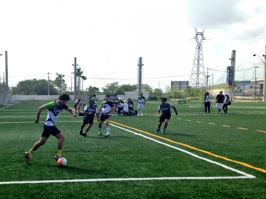 El equipo Átomo vence al equipo Retro en el encuentro de fútbol