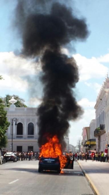 Se incendia automóvil en el centro