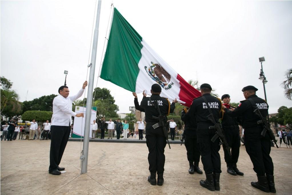 Gobernador encabeza ceremonia de izamiento de la Bandera