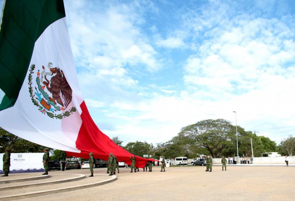 Vuelve a ondear la Bandera monumental en Mérida