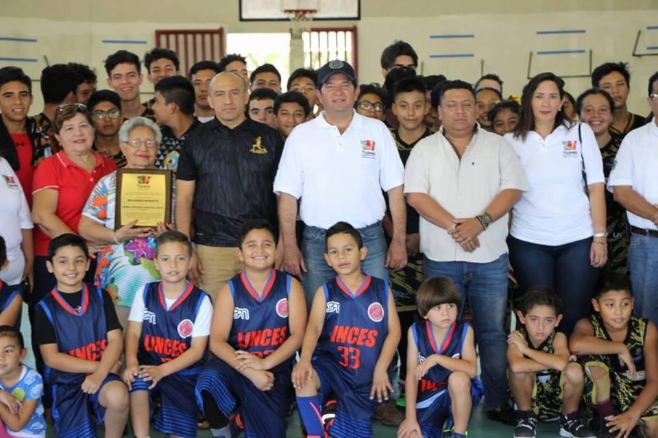 Homenajean en vida a basquetbolista tizimileño