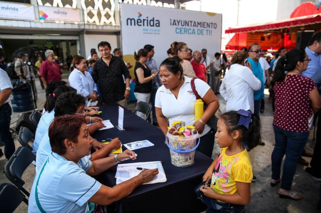 Llevan programas sociales a mercados de Mérida