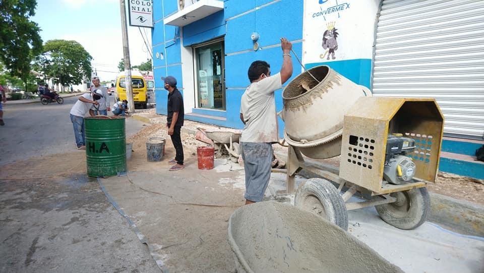 Avanza reconstrucción de banquetas en centro de Tizimín