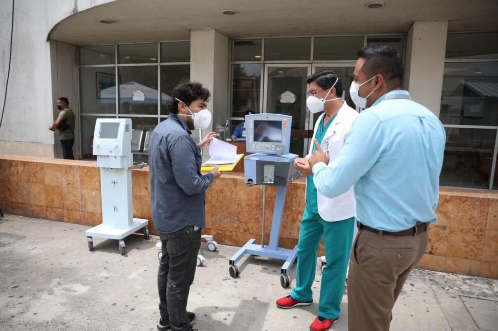 Siguen entregando equipo médico a hospitales públicos