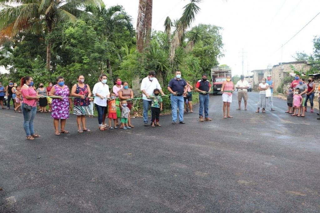 Inauguran calles y se construyen banquetas en Tizimín