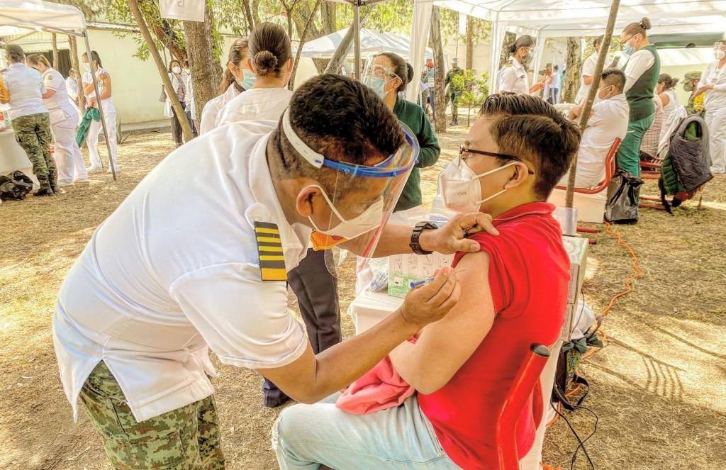 Enfermero yucateco entre los primeros en recibir la vacuna de Pfizer y BioNtech