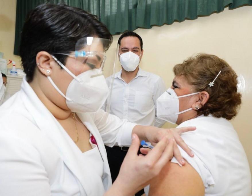 Aplican las primeras vacunas anticovid en Yucatán